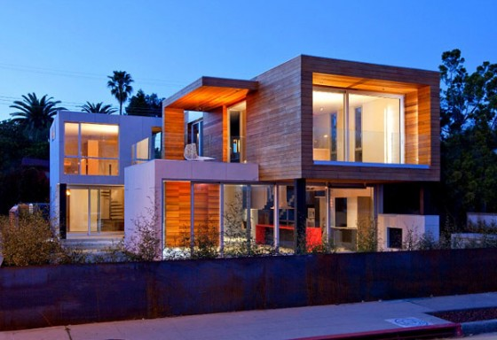 Vista frontal vivienda moderna sostenible en los Angeles